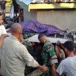 Personil Koramil 01/Larantuka Evakuasi Jasad Korban Banjir Di Adonara Timur.