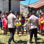 Kapolsek Weliman Gandeng YCN dan GPN Serahkan Bantuan Bagi Warga Korban Banjir di Desa Kleseleon - Malaka