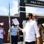 Presiden Jokowi Meninjau Langsung Program Vaksinasi bagi Pelajar di Cirebon